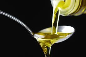 Travasare l'olio: a cosa serve e come farlo